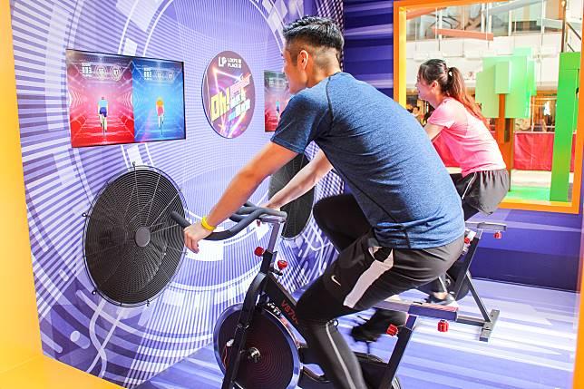 參加者要用最快速度踏單車,務求在一分鐘內踏出最遠距離,不過較矮小的小朋友有機會踩不到腳踏而無法挑戰了。