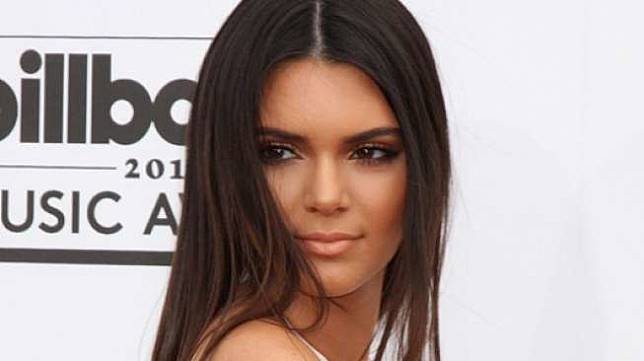 Sedang Isi Bensin, Kendall Jenner Pakai Sandal Jepit Rp 5,2 Juta