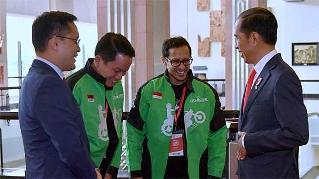 Presiden Joko Widodo atau Jokowi berbicara dengan CEO Go-Jek, Nadiem Makarim, dan perwakilan Go-Viet saat menghadiri peluncuran Go-Viet di Hotel Melia, Hanoi, Vietnam, Rabu, 12 September 2018. Go-Viet merupakan produk aplikasi penyedia jasa transportasi di Vietnam yang berkolaborasi dengan Go-Jek Indonesia. (Foto: Biro Pers Setpres)