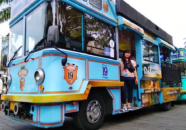 Pemandu wisata di Kota Bandung, Neng Mulyati berprofesi sejak dua tahun lalu melayani para turis dengan bahasa Indonesia. (TEMPO/Anwar Siswadi)