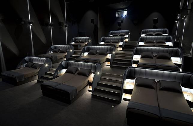 ▲這個影城竟出現了「豪華雙人床」,在新開幕的門市中,加入了全新模式的影廳,裡面的座位全都是雙人床,讓大家能夠「躺著」欣賞電影。(圖/翻攝自 Cinémas Pathé 臉書)