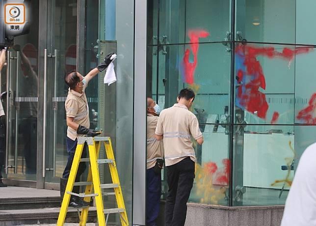 清潔工到警總門外洗地及清潔玻璃門。(林耀康攝)