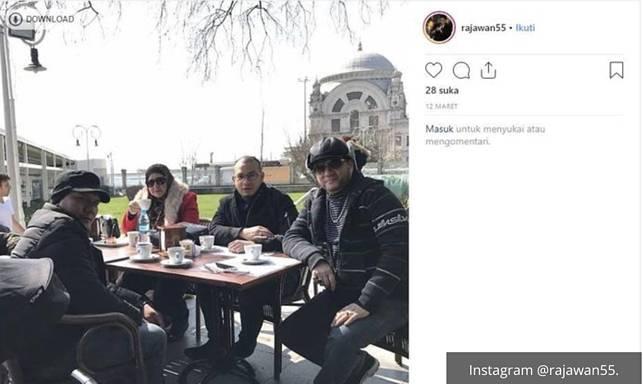 Bubu mantan pacar Syahrini sedang liburan bersama kedua orangtuanya.