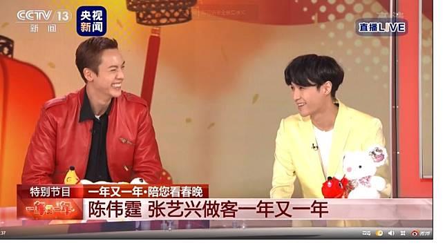 陳偉霆與張藝興在《陪你看春晚》上接受持訪問,見到微博有好多觀眾讚好。