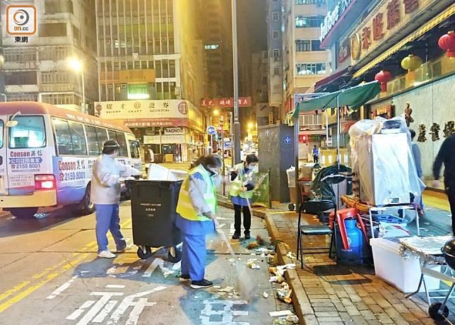 食環署清潔工人出動清潔街道。(楊日權攝)