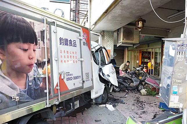 貨車駕駛恍神連環撞 釀1死、9歲胞弟重傷