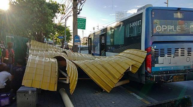 รถเมล์ชนป้ายรถประจำทาง !! ถนนสุขสวัสดิ์ ผู้โดยสารนั่งรอรถที่ป้ายฯ เจ็บ 1ราย