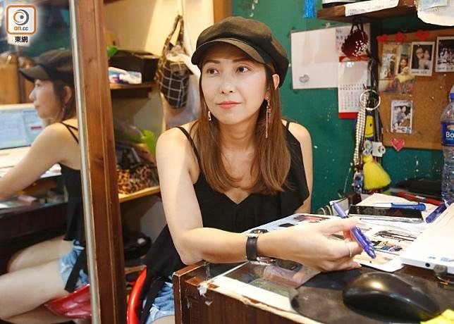 服裝店店主韋小姐指,近月生意跌逾50%,或考慮結業。