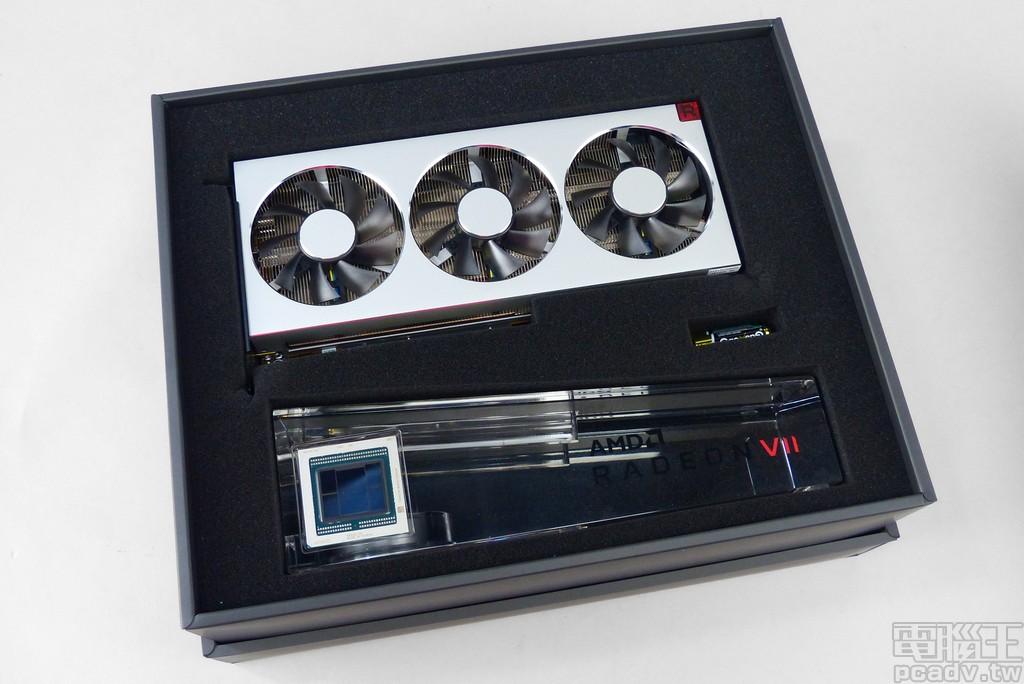 禮盒內部包含 Radeon VII 顯示卡本體、壓克力展示架、3 個 AAA 電池