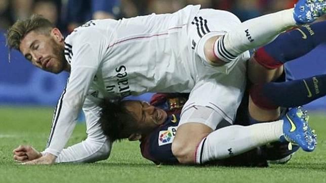 Sergio Ramos menimpa Neymar dalam perebutan bola