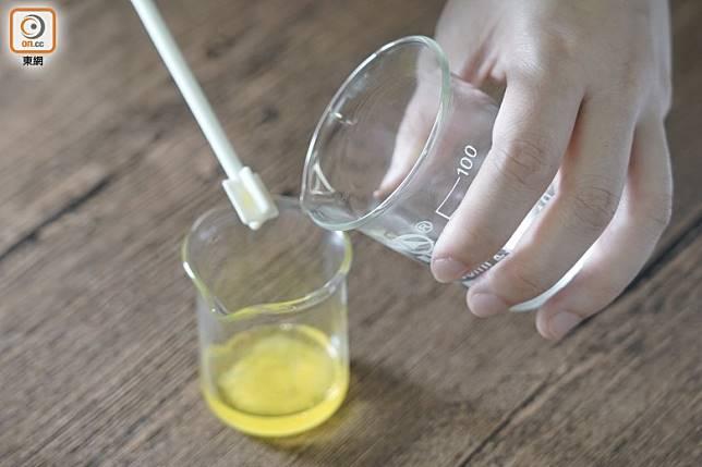接着做水劑部分,攪勻玫瑰花水及蘆薈萃取液,一邊將水劑逐少加進油劑,一邊攪拌至出現乳化液狀。(張群生攝)