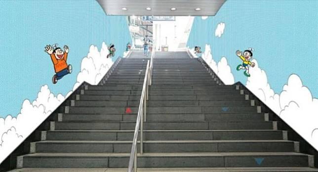 步入登戶站的階梯牆面,也給粉飾成多啦A夢的世界。(互聯網)