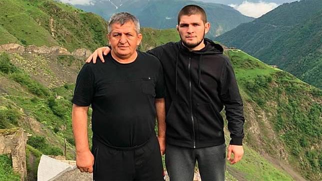 Khabib Nurmagomedov (kanan) bersama ayahnya, Abdulmanap Nurmagomedov. (Foto: The Sun)