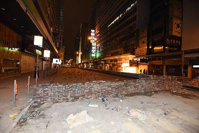 彌敦道近山東街來回線築起磚牆堵路。