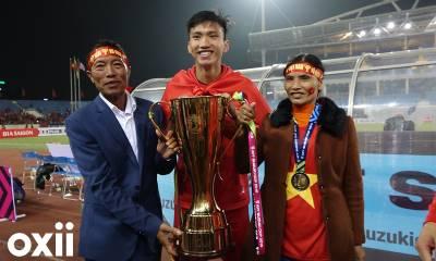 CLIP: Đoàn Văn Hậu ôm bố mẹ khóc nức nở sau chiến thắng AFF Cup 2018