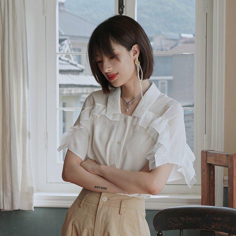 襯衫選用柔和的純棉白色面料,如牛奶般絲滑。肩膀領口拼接自然褶皺肌理面料,微微透視,上身輕薄舒爽,透氣性良好。<br />在搭配方面,白色襯衫與天空藍半裙的相碰撞,上下身網紗材質相呼應,是溫柔細膩的少女風,搭配黑色長褲,就是優雅的法式風情。