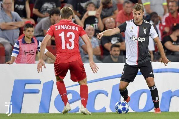 Aaron Ramsey (kanan) melakukan penampilan perdananya bersama Juventus.