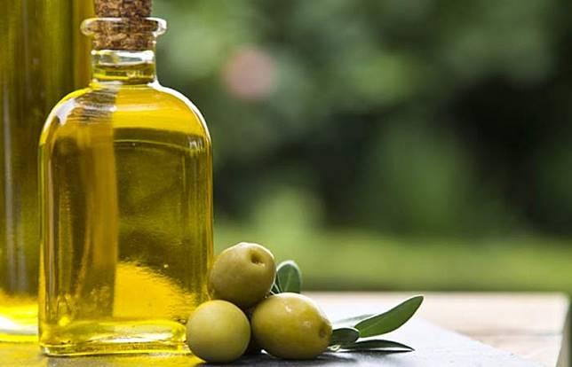 除了檸檬汁,也可選清新的橄欖油。(互聯網)