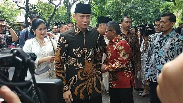 The chairman of the Democrat Party's Joint Task Force Command (Kogasma), Agus Harimurti Yudhoyono or AHY, and his wife Anissa Pohan and Edhie Baskoro Yudhoyono arrive at the residence of fifth Indonesian president Megawati Soekarnoputri on Jl. Teuku Umar in Central Jakarta, Wednesday, June 5, 2019. TEMPO/Friski Riana