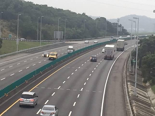 國道在特定路段會劃設車距線,如果未依規定保持車距,即會吃上罰單。記者劉明岩/攝影