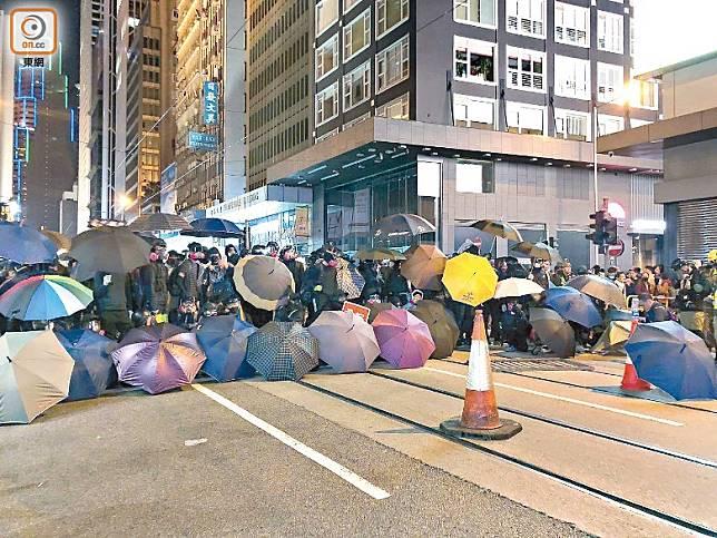 遊行結束前,有暴徒在中環擺出雨傘陣,與警對峙。(黃偉邦攝)