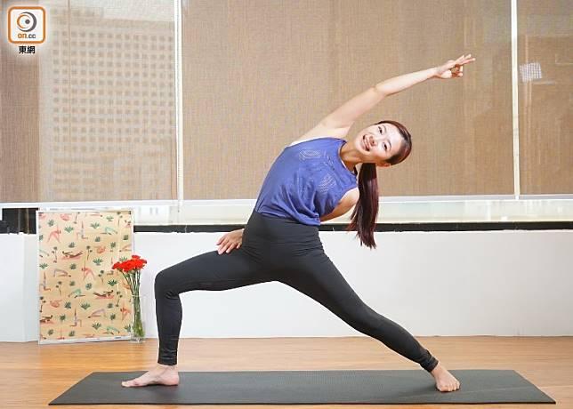 今次Jackie示範的動態瑜伽,會活動腰、臀、大腿和手臂等位置,加上動作幅度較大,讓身體出汗,就可加快毒素排出,更有效擊退水腫。(莫文俊攝)