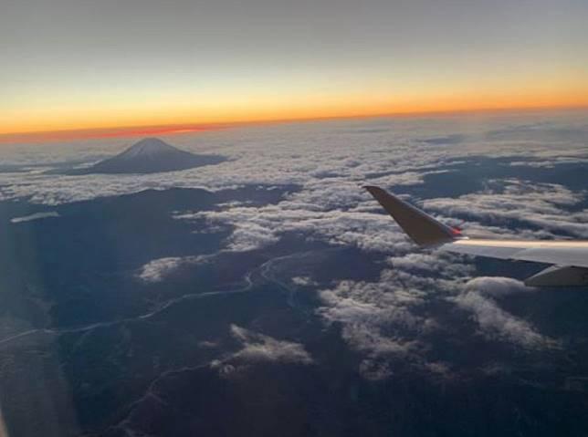 在空中迎接令和的第一個日出,並且第一時間眺望令和年代的富士山,特別有紀念價值。(互聯網)
