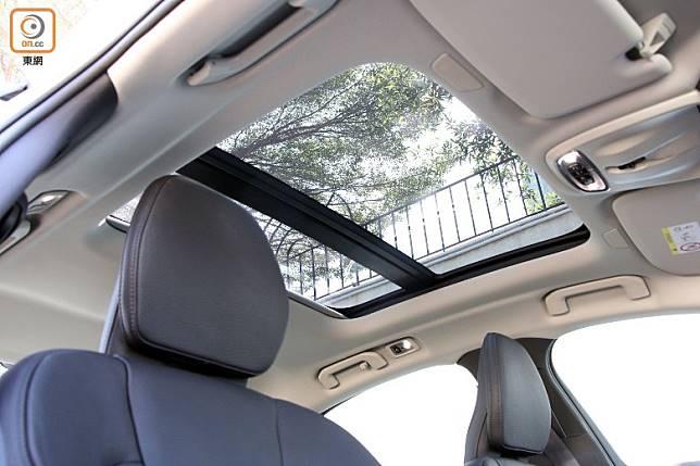 自然光從全景天窗引進車廂,帶來開揚感。(盧展程攝)