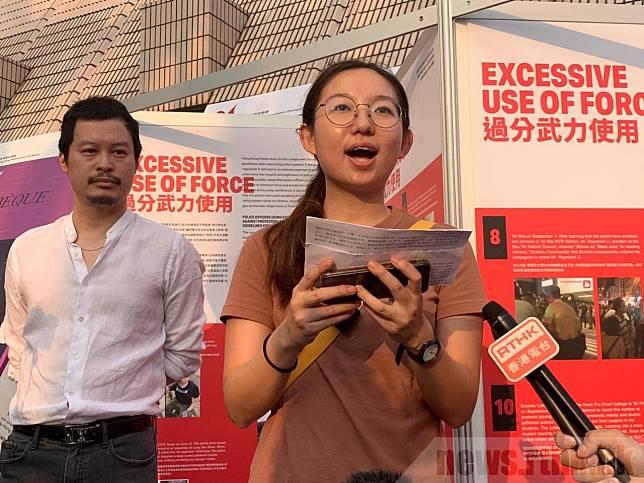 楊小姐表示,展覽是希望在場的外國遊客能與自己同胞分享香港的故事,向北京和港府施壓。(曾婧琪攝)
