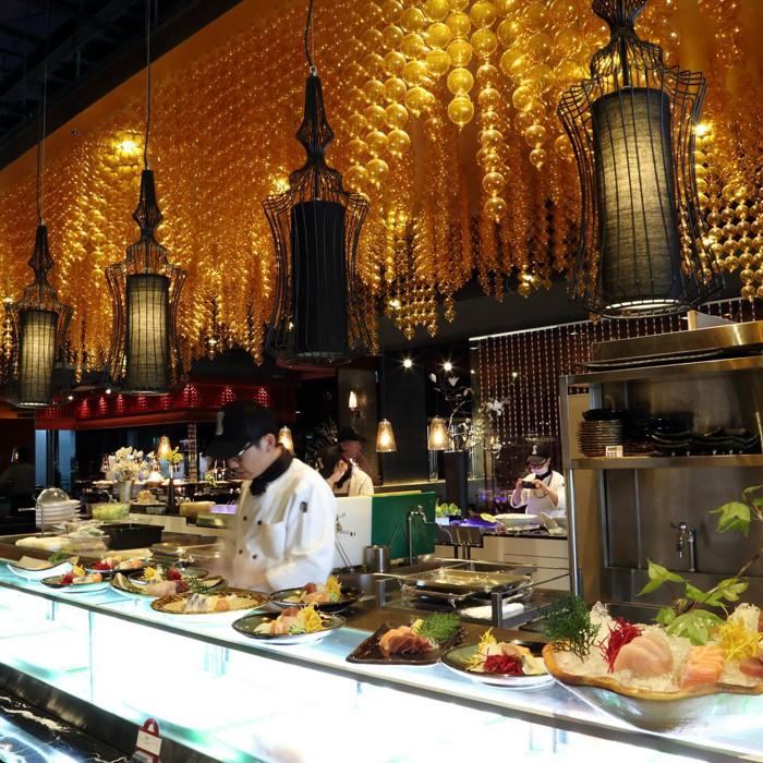 擁有300坪寬大空間,300席舒適座位區,規劃各國美食料理區 提供150道以上的豐富美食佳餚,眾多佳餚宛如穹頂繁星,摘取每一道星級料理,滿足您的味蕾、驚艷五感體驗,點綴最值得慶祝的精彩時分!餐廳餐檯規