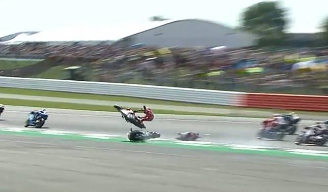 Crash lap pertama MotoGP Inggris antara Andrea Dovizioso dan Fabio Quartararo
