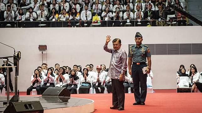 Wakil Presiden Jusuf Kalla (kiri) menyapa CPNS dalam acara Presidential Lecture 2019 di Istora Senayan, Jakarta, Rabu 24 Juli 2019. Kegiatan yang diikuti oleh 6.148 CPNS hasil seleksi tahun 2018 itu mengangkat tema Sinergi Untuk Melayani. ANTARA FOTO/Aprillio Akbar