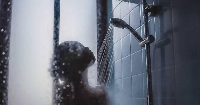 妻1年洗澡1次!噁臭黑癬堵住排水孔 人夫忍14年崩潰