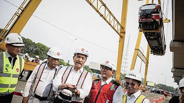 Menteri Perhubungan Budi Karya Sumadi (kedua kiri), dan Menteri Koordinator Bidang Kemaritiman Luhut Binsar Panjaitan (tengah) saat meninjau prosesi pengangkatan gerbong kereta Light Rail Transit (LRT) pertama di Stasiun LRT Harjamukti, Cibubur, Jakarta, Ahad, 13 Oktober 2019.  LRT Jabodebek koridor Cibubur-Dukuh Atas ini akan mampu mengangkut 250 orang per gerbong atau 1.500 sekali jalan.  TEMPO/M Taufan Rengganis