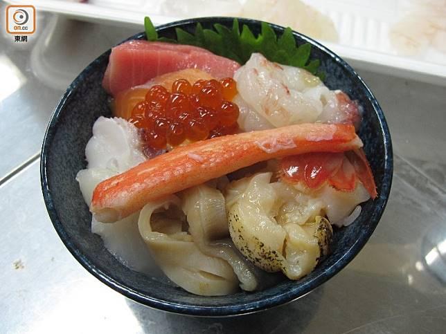 魚生片鋪在飯上,未吃已流緊口水。(劉達衡攝)