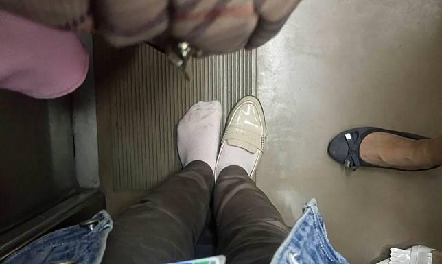 Bak Cinderella, kisah penumpang KRL menemukan sebelah sepatunya yang hilang
