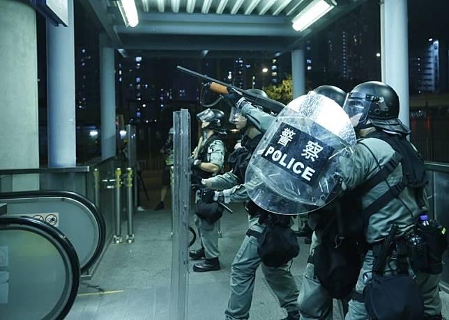 防暴警昨曾發射橡膠子彈驅散元朗站示威者。