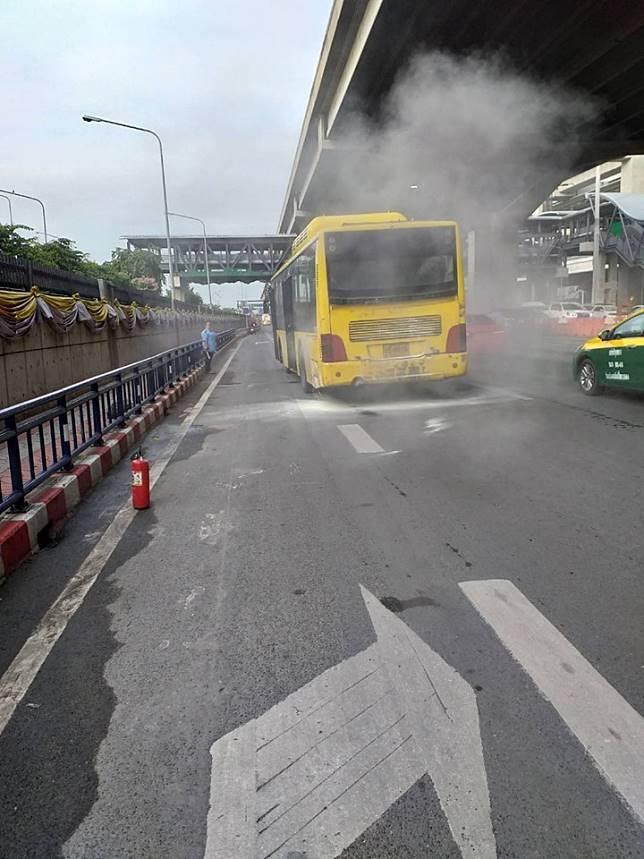 เหตุเพลิงไหม้รถเมล์ ถ.วิภาวดี-รังสิต หน้าสนามบินดอนเมือง