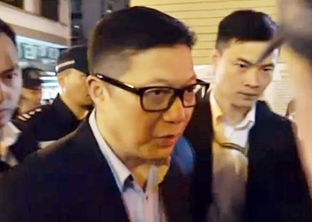 警務處處長鄧炳強凌晨抵達旺角花墟年宵市場。(袁以諾攝)
