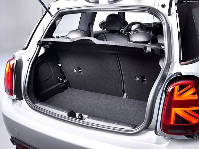 尾箱標準空間211升,摺合後排座椅後可騰出731升。(互聯網)