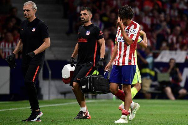 Joao Felix berjalan meninggalkan lapangan usai mengalami cedera dalam laga La Liga melawan Getafe