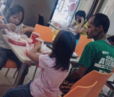 Câu chuyện nhói lòng sau bức ảnh người cha nhìn hai con gái ăn gà rán