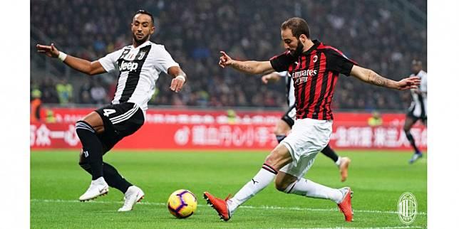 Penyerang AC Milan, Gonzalo Higuain (kanan), beraksi dalam laga Liga Italia melawan Juventus di Stadion San Siro, Milan pada 11 November 2018.