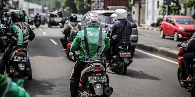 Ojek Online Gunakan Pelindung Pembatas Antar Penumpang. ©2020 Liputan6.com/Faizal Fanani