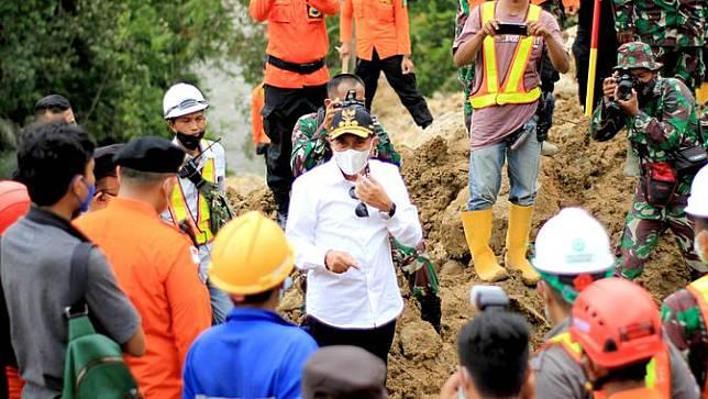 Gubernur Edy meminta agar unsur terkait Badan Pengendalian Bencana Daerah (BPBD) tetap bersinergi dalam melakukan penyelamatan korban banjir dan longsor (Istimewa)