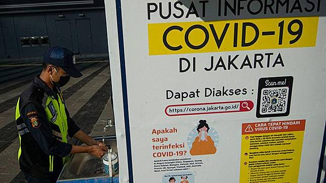 A security guard washes his hands at a public facility in Setiabudi, Jakarta, Saturday, May 16, 2020. ANTARA/Aditya Pradana Putra