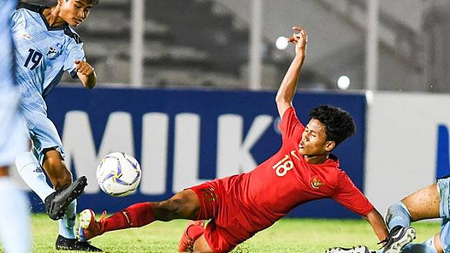 Pemain timnas Indonesia U-16 Aditiya Daffa (kanan) berusaha melewati pemain Kepulauan Mariana Utara Ariel Navarez dalam laga kualifikasi Piala AFC U-16 2020 di Stadion Madya, Jakarta, Rabu, 18 September 2019. Timnas U-16 Indonesia mencetak enam gol pada babak pertama. Tambahan sembilan gol dibuat pada babak kedua. ANTARA