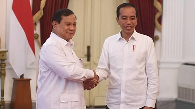 Presiden Joko Widodo melakukan pertemuan dengan Ketua Umum Partai Gerindra Prabowo Subianto di Istana Merdeka, Jakarta, Jumat (11/10). [ANTARA FOTO/Akbar Nugroho Gumay]