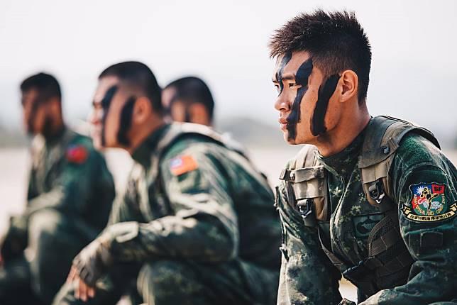 ▲現在在台灣,甚至是全球,「當兵」不在是男生們的專利。(示意圖,圖中人物與文章無關/翻攝自臉書)