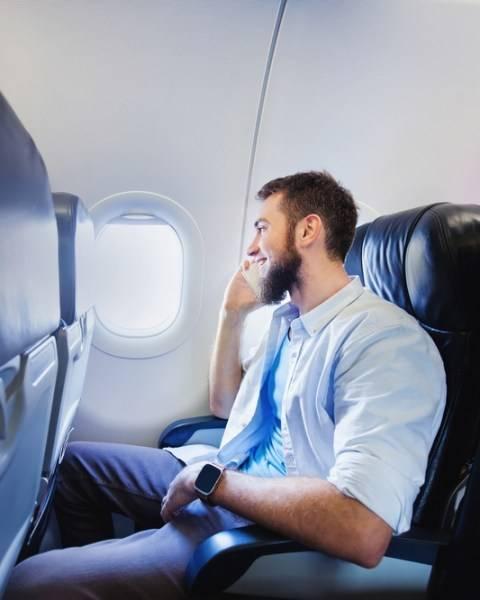 Hindari Teleponan di Pesawat agar Tak Jadi Penumpang Menyebalkan